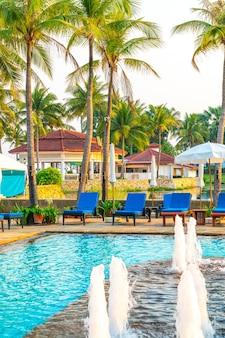 호텔 리조트 수영장 주변의 침대 수영장과 우산
