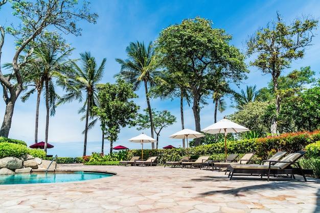 ホテルリゾートのプールの周りのベッドプール-休日と休暇のコンセプト