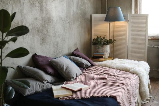 Кровать с подушками и книгами