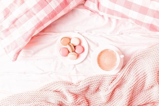 핑크 니트 체크 무늬, 커피 및 마카롱 침대