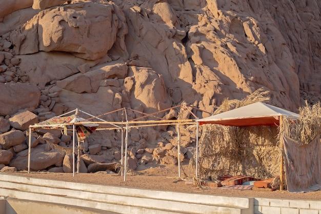 짚으로 만든 베두인 건물, 모래에 있는 뜨거운 모래 사막의 잔가지