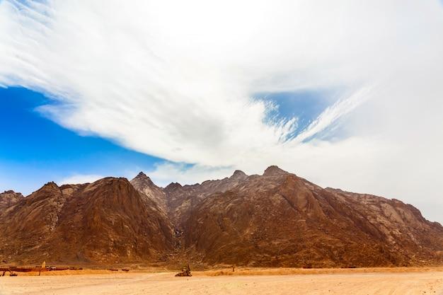 暑い砂漠のベドウィンの村