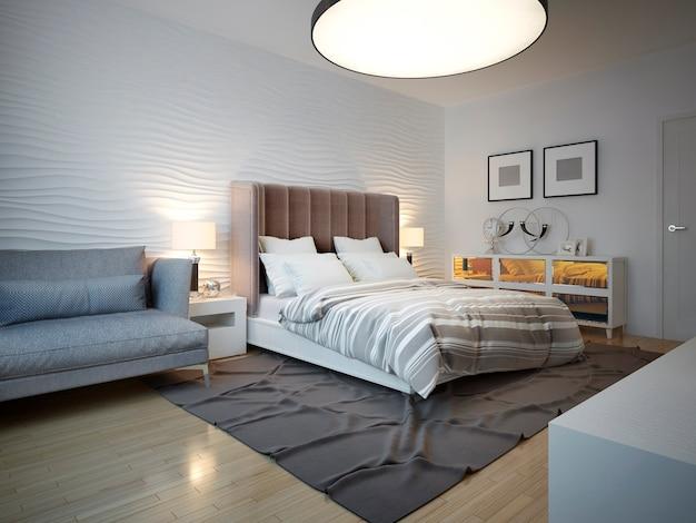 Спальня в стиле ар-деко с большим потолочным светильником с неубранной кроватью с большим коричневым изголовьем.