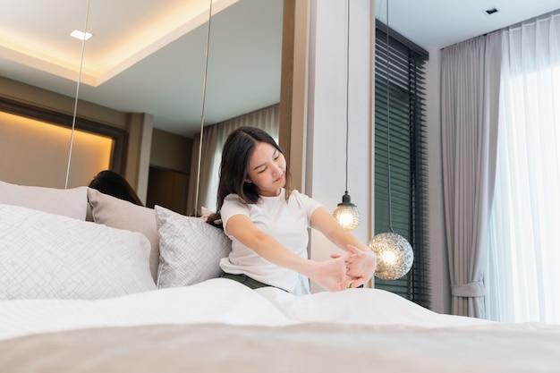 침실 컨셉은 어젯밤 깊은 잠에서 깨어난 후 상체를 쭉 펴고 자고 있는 예쁜 소녀입니다.
