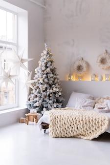 크리스마스 스타일로 꾸며진 침실