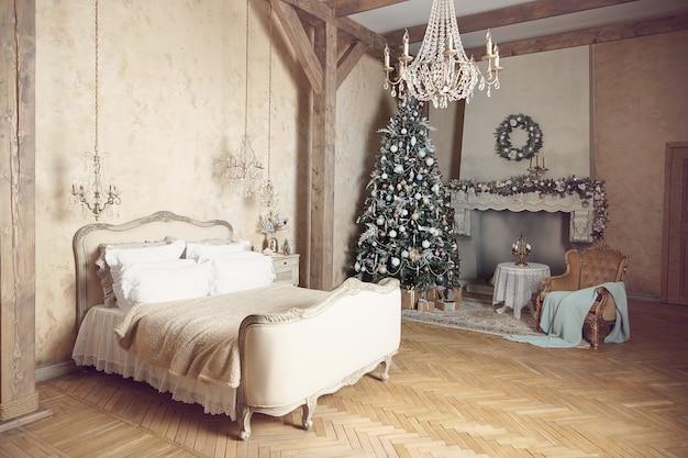 大きなクリスマスツリーで新年を飾る寝室。