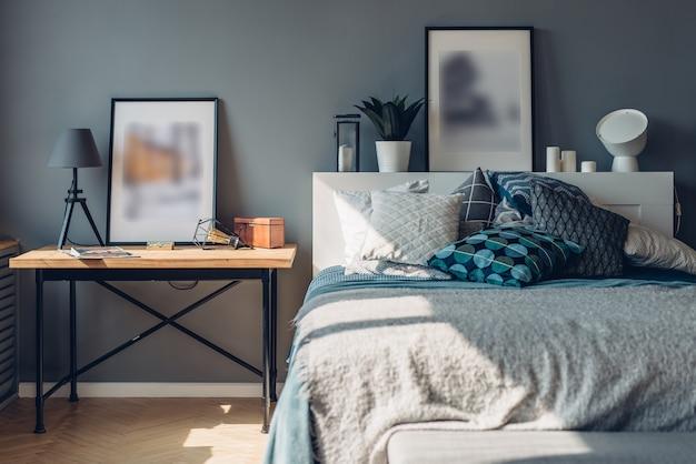 침실. 홈 인테리어, 아파트. 베개가있는 테이블과 침대.