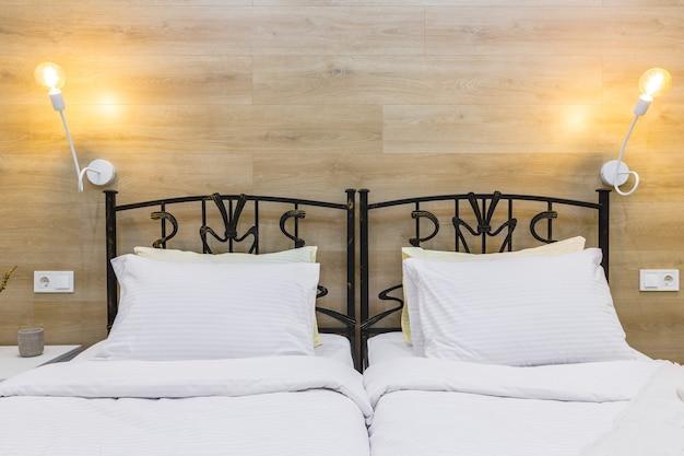 大きなベッド付きのモダンな小さなホテルアパートメントのベッドルーム