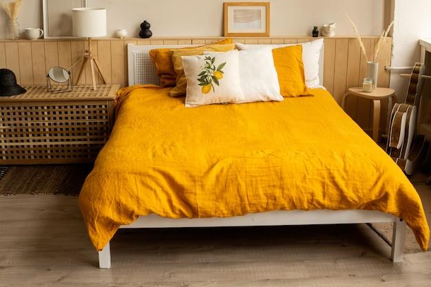 인테리어, 린넨 오렌지 옐로우 침대 린넨 침실 인테리어 침대. 레몬 프린트.