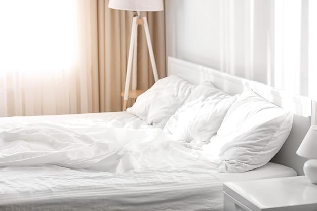 침대와 스탠드가 있는 침실 인테리어