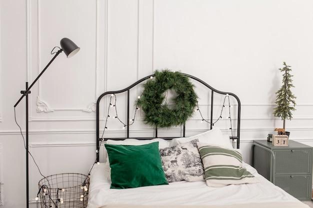침대 장식 크리스마스 트리, 선물, 격자 무늬 및 베개 침실 인테리어.