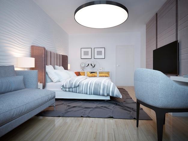 白の大きなベッドとその後ろに波状の漆喰壁を備えたモダンなベッドルーム。