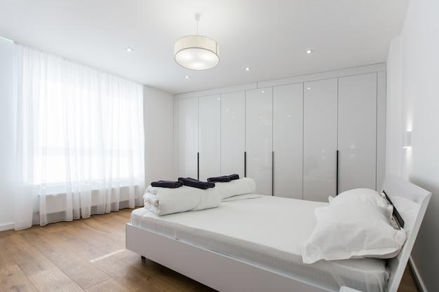 큰 흰색 침대가있는 침실