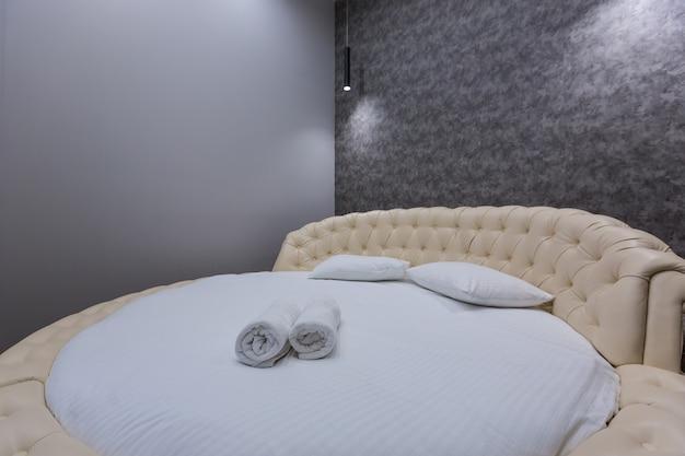 대형 원형 침대가있는 침실