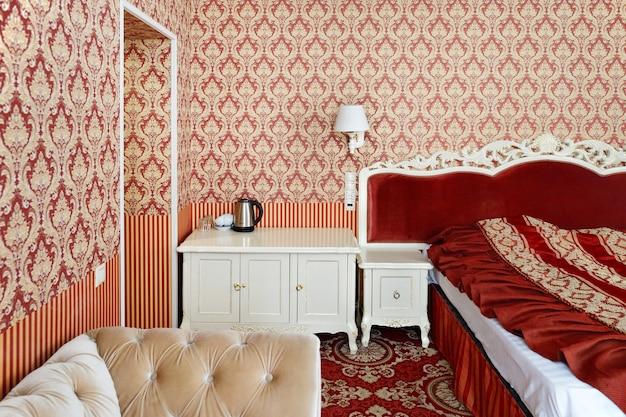 Спальня с двухспальной кроватью и мебелью.