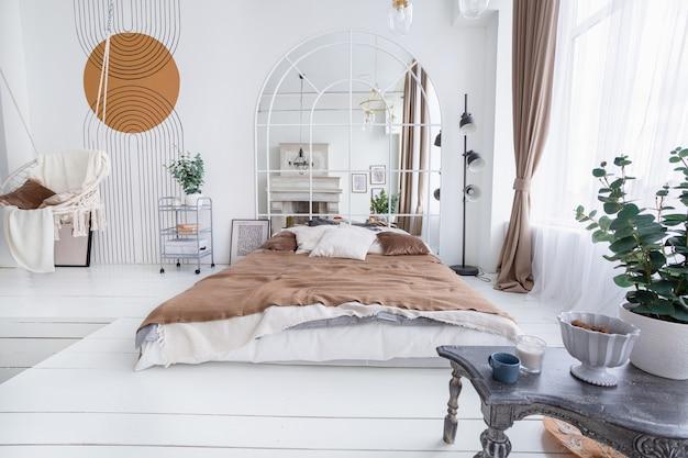 Спальня с распашным и арочным зеркалом