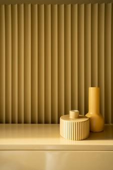 寝室の作業コーナーはマスタード色の波形の壁に黄色のセラミック花瓶を装飾しました