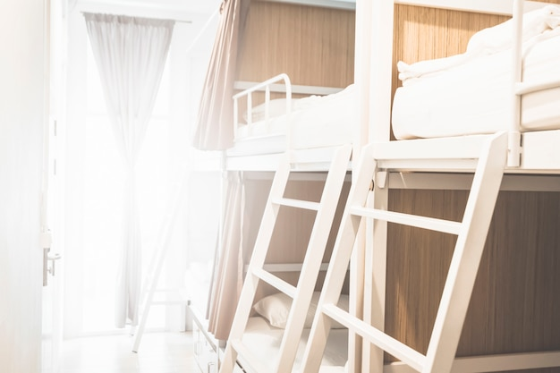 관광객 또는 학생을위한 호스텔 룸 내부 침대 배경 배너 흐리게