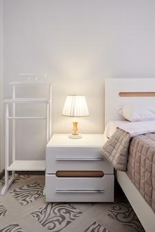 Прикроватный столик с подсветкой в гостиничном номере нет людей