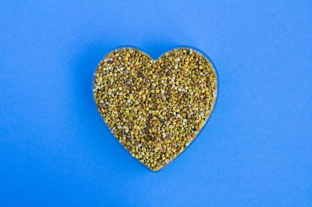 Пчелиная пыльца в виде сверху в форме сердца