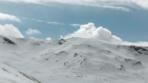 山と雲のある美しい風景