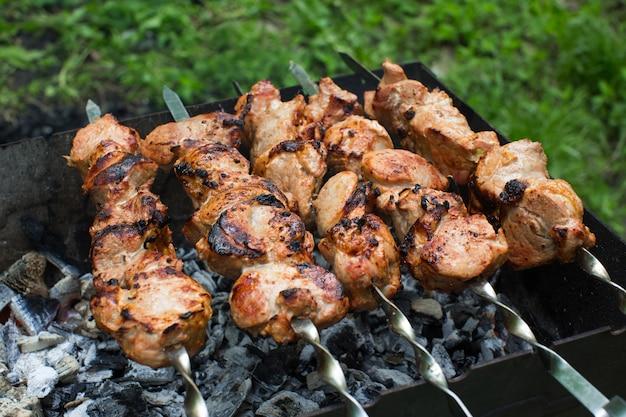 牛肉と豚肉のバーベキュー、グリルでステーキ。串に刺したケバブ