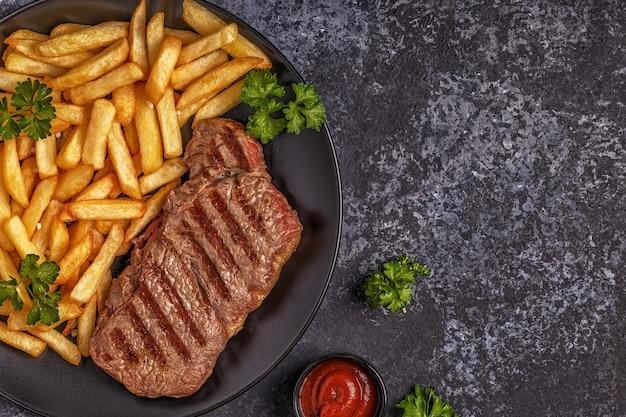 감자 튀김과 쇠고기 바베큐 스테이크