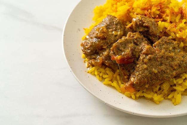 Beef biryani или карри с рисом и говядиной - тайско-мусульманская версия индийского бирьяни с ароматным желтым рисом и говядиной - мусульманский стиль еды.