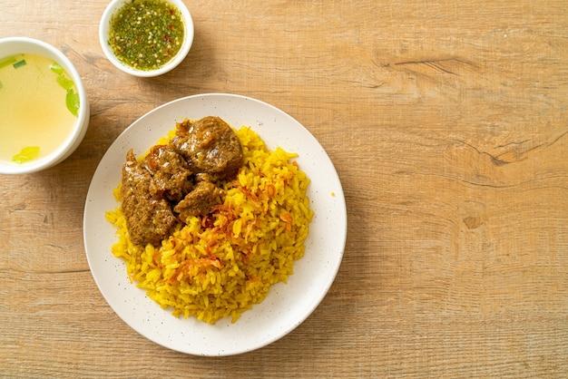 ビーフビリヤニまたはカレーライスとビーフ-インドのビリヤニのタイ-イスラムバージョン、香りのよい黄色いライスとビーフ-イスラム教徒の料理スタイル