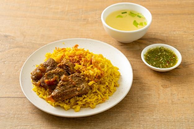 비프 비리 야니 또는 카레라이스와 소고기. 향긋한 노란색 쌀과 소고기를 곁들인 인도 비리 야니의 태국-무슬림 버전.