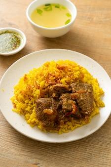 Говядина бирьяни или карри с рисом и говядиной