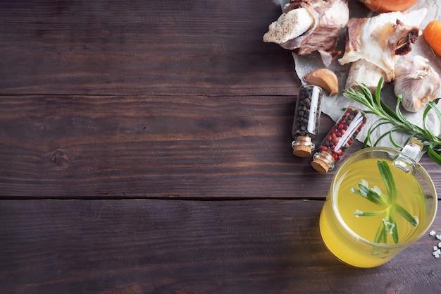 ガラスの瓶にターメリック調味料を入れた牛骨と野菜のスープ