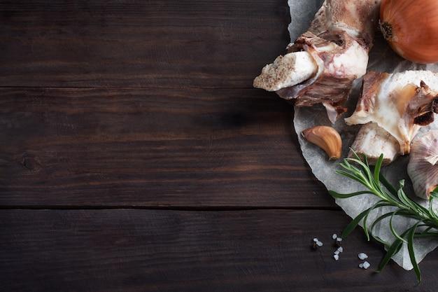 スープを調理するための牛骨と野菜の材料。