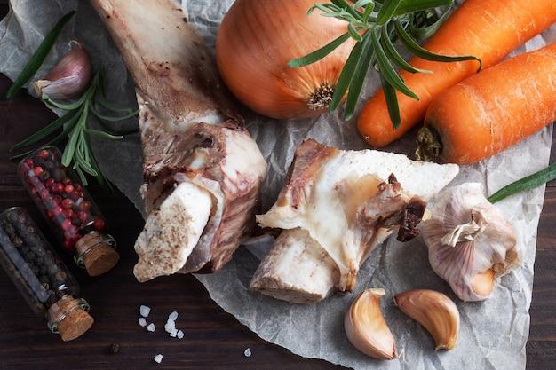 Говяжья косточка и овощные ингредиенты для приготовления бульона.