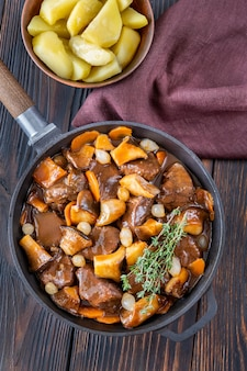 Бургиньон из говядины - тушеная говядина на сковороде по-французски