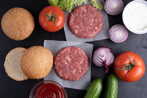 自宅のビーフ ハンバーガーをキッチン テーブルで