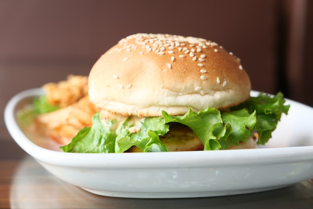 테이블에 접시에 쇠고기 햄버거를 닫습니다.