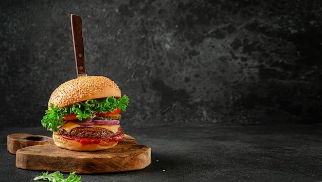 나무 보드 복사 공간에 칼으로 쇠고기 햄버거