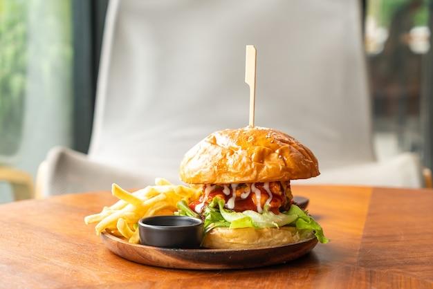 木の板にチーズとソースを添えたビーフバーガー