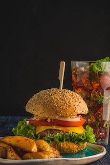 Бургер из говядины с картофелем фри и содовым коктейлем. гамбургер. быстрое питание