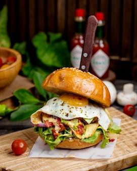 Говяжий бургер с ветчиной, яйцом, луком, салатом и помидорами