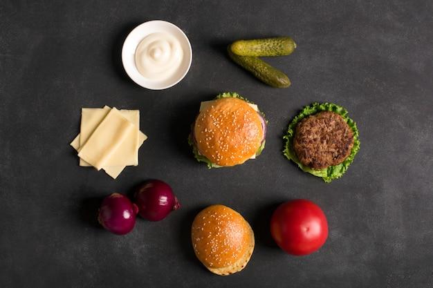 黒い黒板にレタスとソースのビーフバーガー
