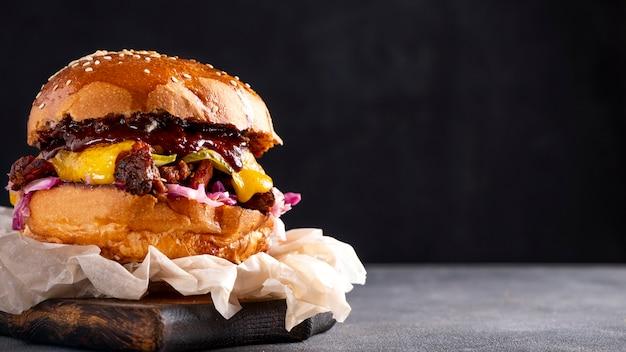 양파와 치즈를 곁들인 쇠고기 버거. 공간을 복사하십시오. 배너.