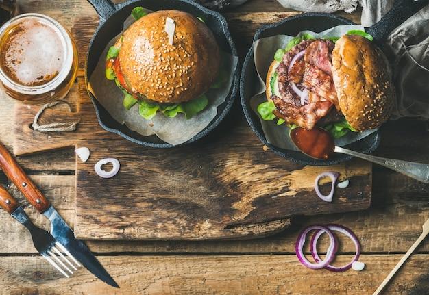 サクサクしたベーコン、新鮮な野菜、ビール1杯のビーフハンバーガー