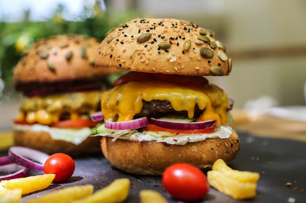 Hamburger di manzo con ingredienti