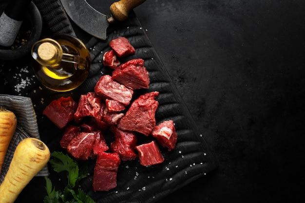 Кусочки говядины с ингредиентами на столе