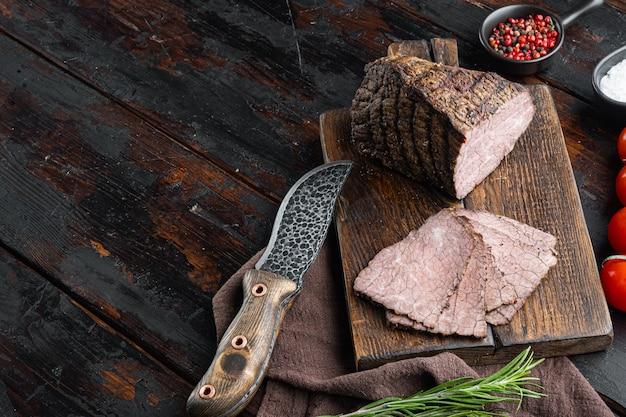 쇠고기 냉육 세트, 나무 커팅 보드, 오래된 어두운 나무 테이블 배경, 텍스트 복사 공간