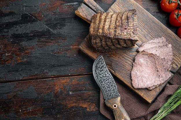 오래 된 어두운 나무 테이블에 나무 절단 보드에 쇠고기 차가운 고기 컷 세트