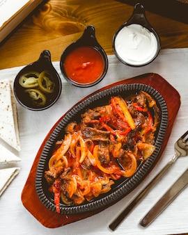 Vista superiore dei jalapenos della panna acida della cipolla delle campane della miscela delle fajitas del manzo e della salsa al pomodoro