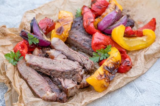Фахитас из говядины с красочными перцами на столе